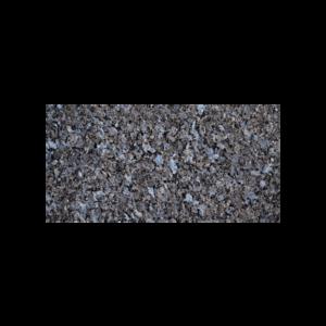 Rektangulær flis i lysegrå norsk naturstein med lyseblå feltspatkrystaller