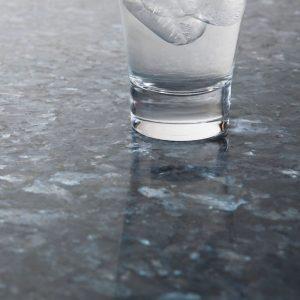 Bildet inneholder Lundhs Blue stein med en mattslipt overflate.