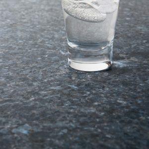 Bildet inneholder Lundhs Blue stein med en mattbørstet overflate.