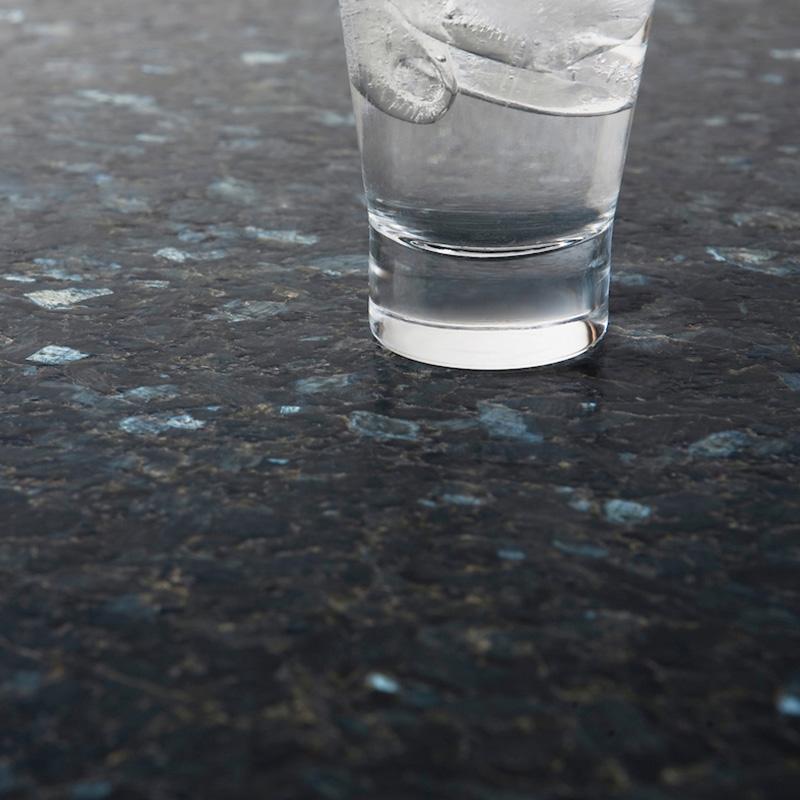 Bildet inneholder Lundhs Emerald stein med en mattbørstet overflate.