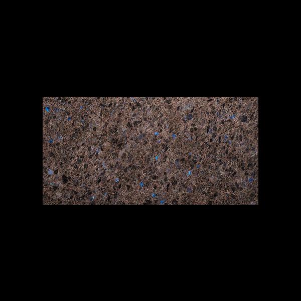 Rektangulær flis i brun norsk naturstein med blå feltspatkrystaller