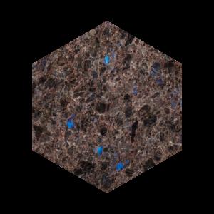 Heksagon flis i brun norsk naturstein med blå feltspatkrystaller