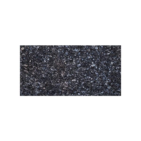 Rektangulær flis i blågrå norsk naturstein med blå og sølv feltspatkrystaller