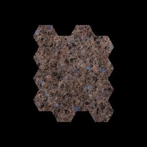Brune natursteinsfliser med blå feltspatkrystaller. Ligger i mini-heksaonmønster på nett.