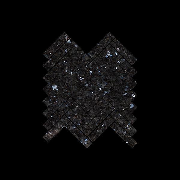 Sorte natursteinsfliser med blå og sølv feltspatkrystaller. Ligger i mini-fiskebeinmønster på nett.