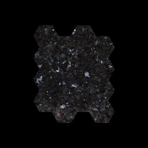 Sorte natursteinsfliser med blå og sølv feltspatkrystaller. Ligger i mini-heksaonmønster på nett.
