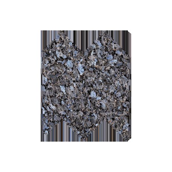 Lysegrå natursteinsfliser med lyseblå feltspatkrystaller. Ligger i mini-fiskebeinmønster på nett.